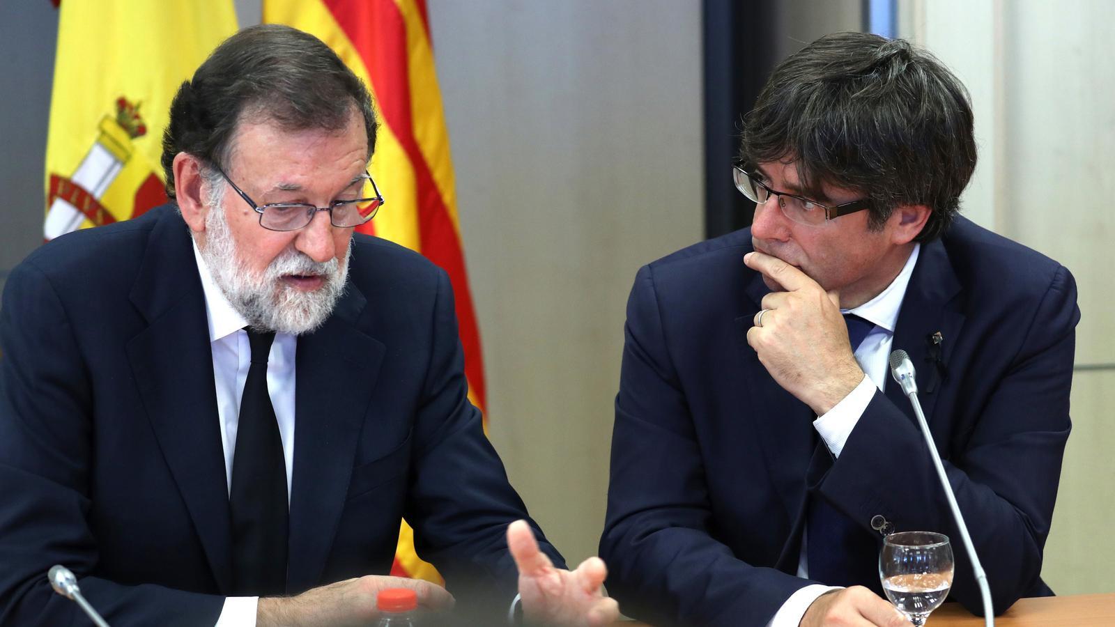 Mariano Rajoy i Carles Puigdemont, durant la reunió del comitè de crisi per l'atemptat de Barcelona