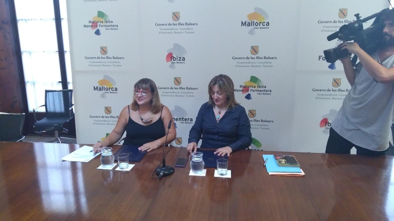Bel Busquets i Fanny Tur, durant la roda de premsa d'aquest dilluns.