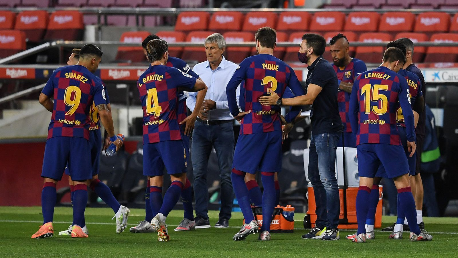 Els jugadors del Barça refrescant-se durant un partit mentre reben instruccions de Setién.