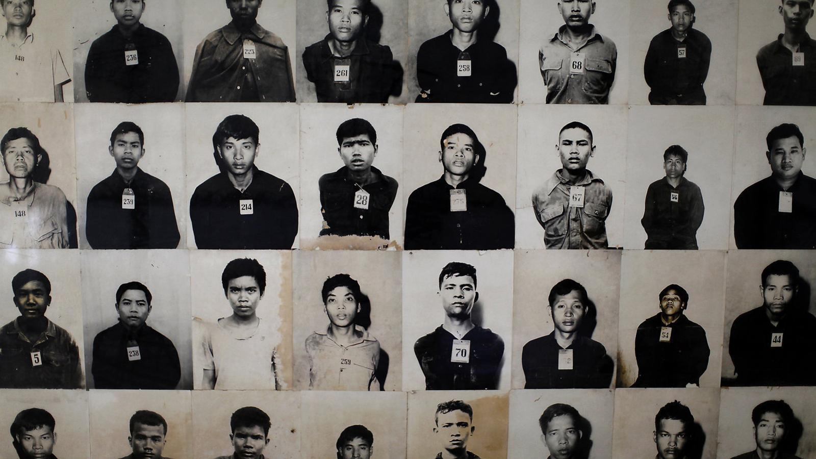 A l'esquerra, Khieu Samphan el 1976 quan era el primer ministre de la República de Cambodja i era aplaudit pels seus soldats. A dalt, Samphan escoltant el 16 de novembre el veredicte que el condemna per genocidi, que també va rebre Nuon Chea (foto inferior a la dreta). A la dreta, restes de les víctimes del règim dels Khmers Rojos exposades al centre del genocidi Choeung Ek, als afores de Phnom Penh.