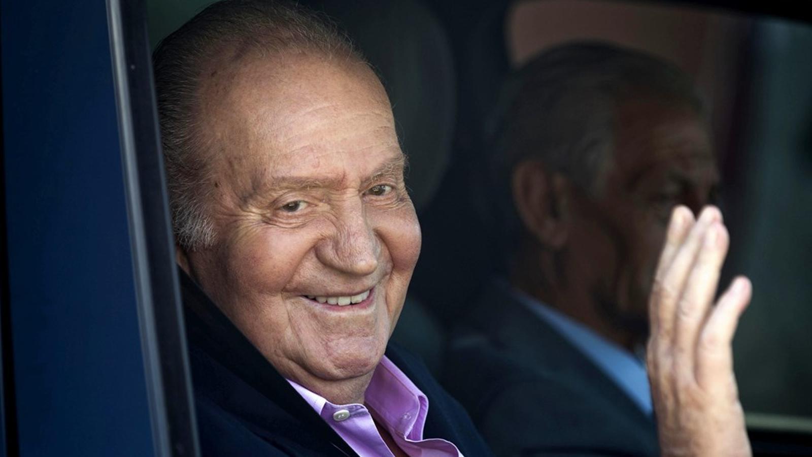 El rei Joan Carles, després de rebre l'alta hospitalària aquest dimarts / EFE