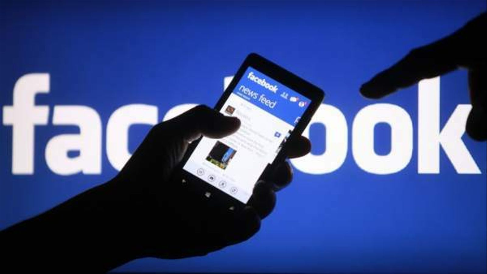 Un mòvil amb l'app de Facebook.