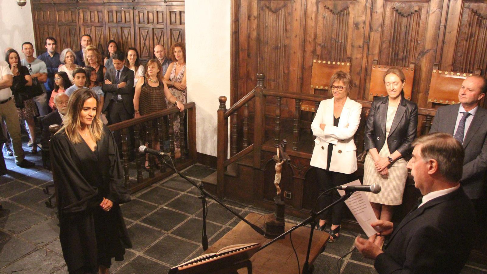 Moment en què Enric Casa de Vall, president del Consell Superior de Justícia, ha demant el jurament de la constitució a Sra. Laura Rodríguez González, batlle i presidenta del Tribunal de Batlles. / T. N.
