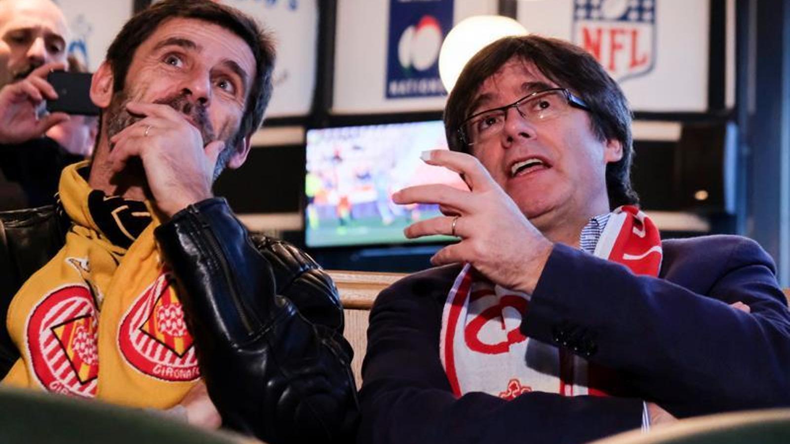 Carles Puigdemont, veient el partit del Girona des d'un bar de Brussel·les