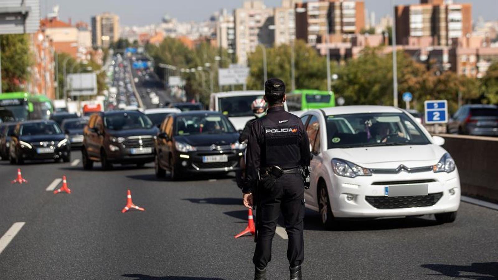 Control de Policia Nacional després de l'aplicació de l'estat d'alarma a la Comunitat de Madrid