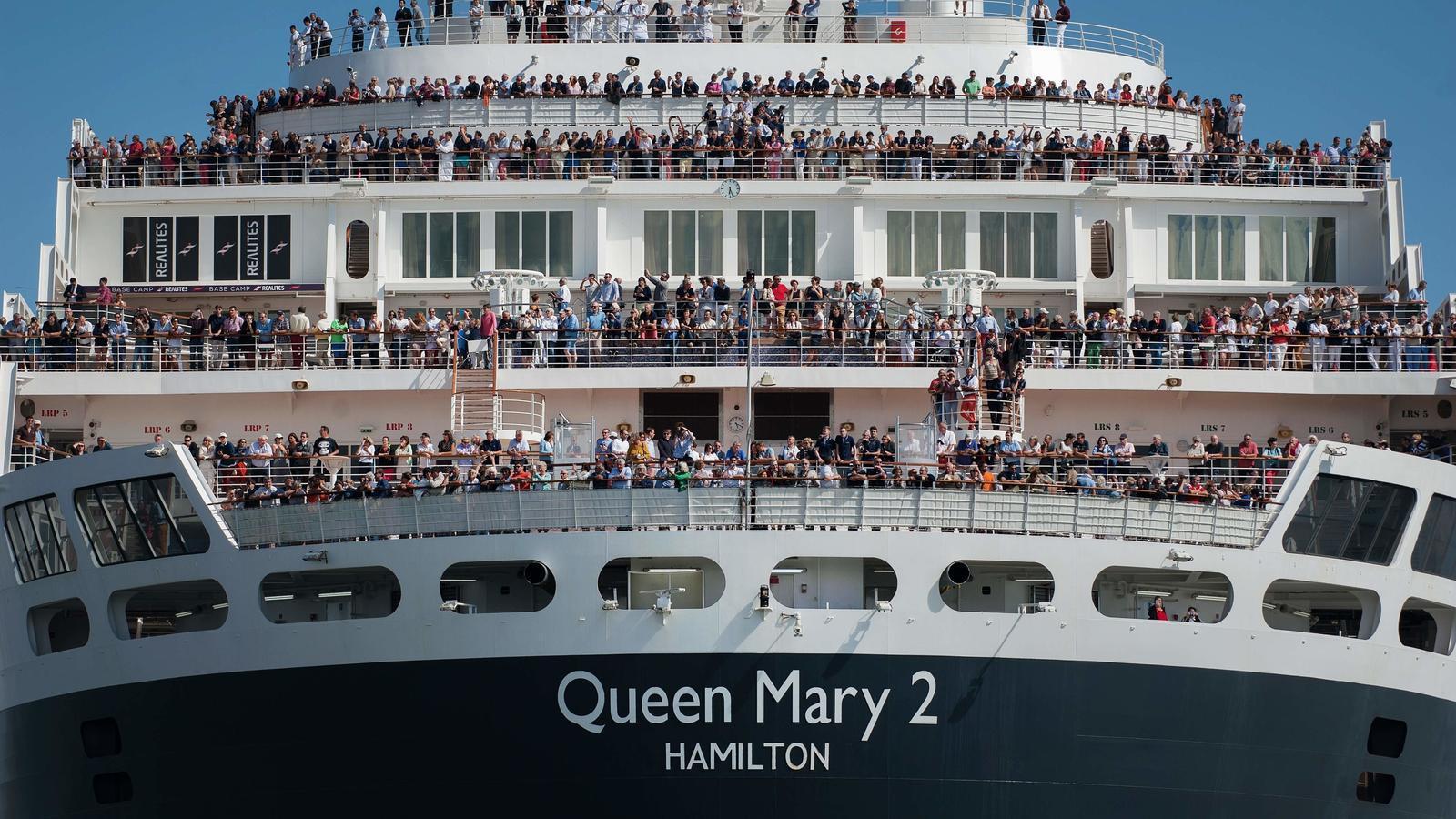 El creuer britànic Queen Mary 2 arriba a Saint-Nazaire, a l'oest de França.