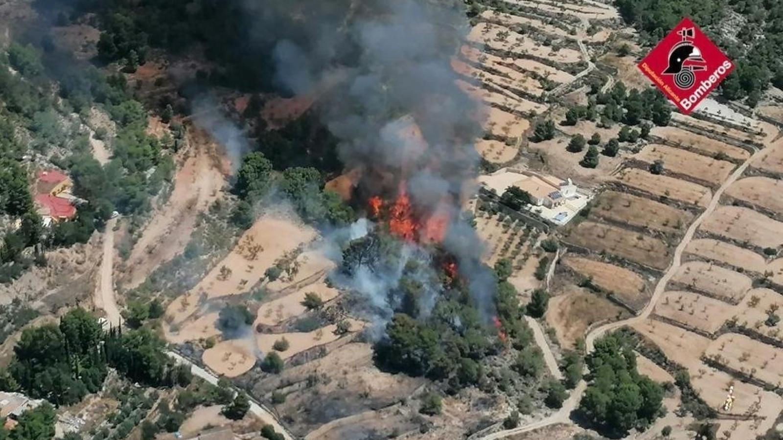 Incendi que afecta la localitat de Monòver, al Vinalopó Mitjà