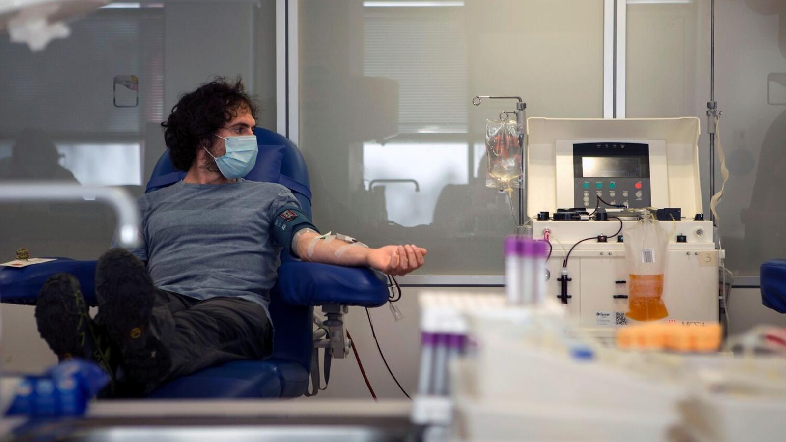 Un pacient recuperat de covid-19 sotmetent-se a una extracció de plasma convalescent a l'Hospital de la Vall d'Hebron per a l'estudi de Grifols / Enric Fontcuberta / EFE