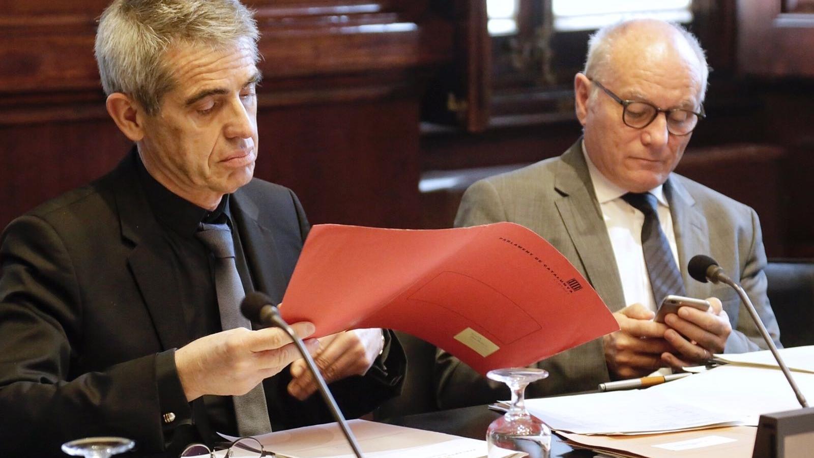 El lletrat major del Parlament, Antoni Bayona (esquerra) i Xavier Muro, secretari de la cambra