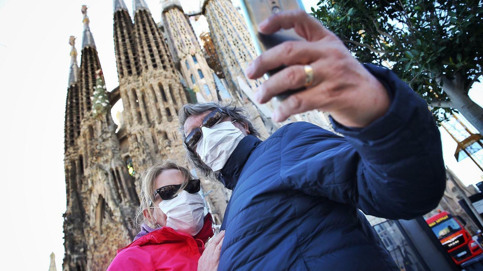 Dos turistes brasilers, provinents de Rio de Janeiro,  es fan una fotografia aquest matí, a la Sagrada família de Barcelona