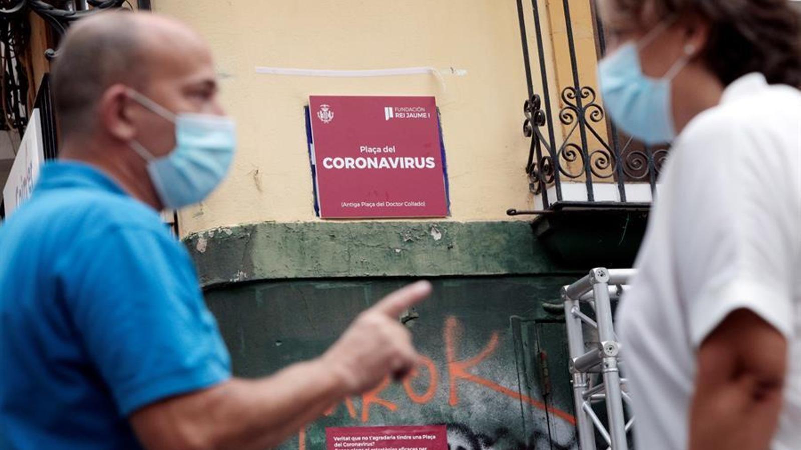 L'Ajuntament de València i la Fundació Premis Rei Jaume I inauguren la Plaça del Coronavirus en el lloc que ocupa actualment la Plaça del Dr. Collado, substituint temporalment el nom original de la plaça per a conscienciar sobre la importància dels científics i els emprenedors per a liderar la innovació en la societat. EFE/Biel Aliño