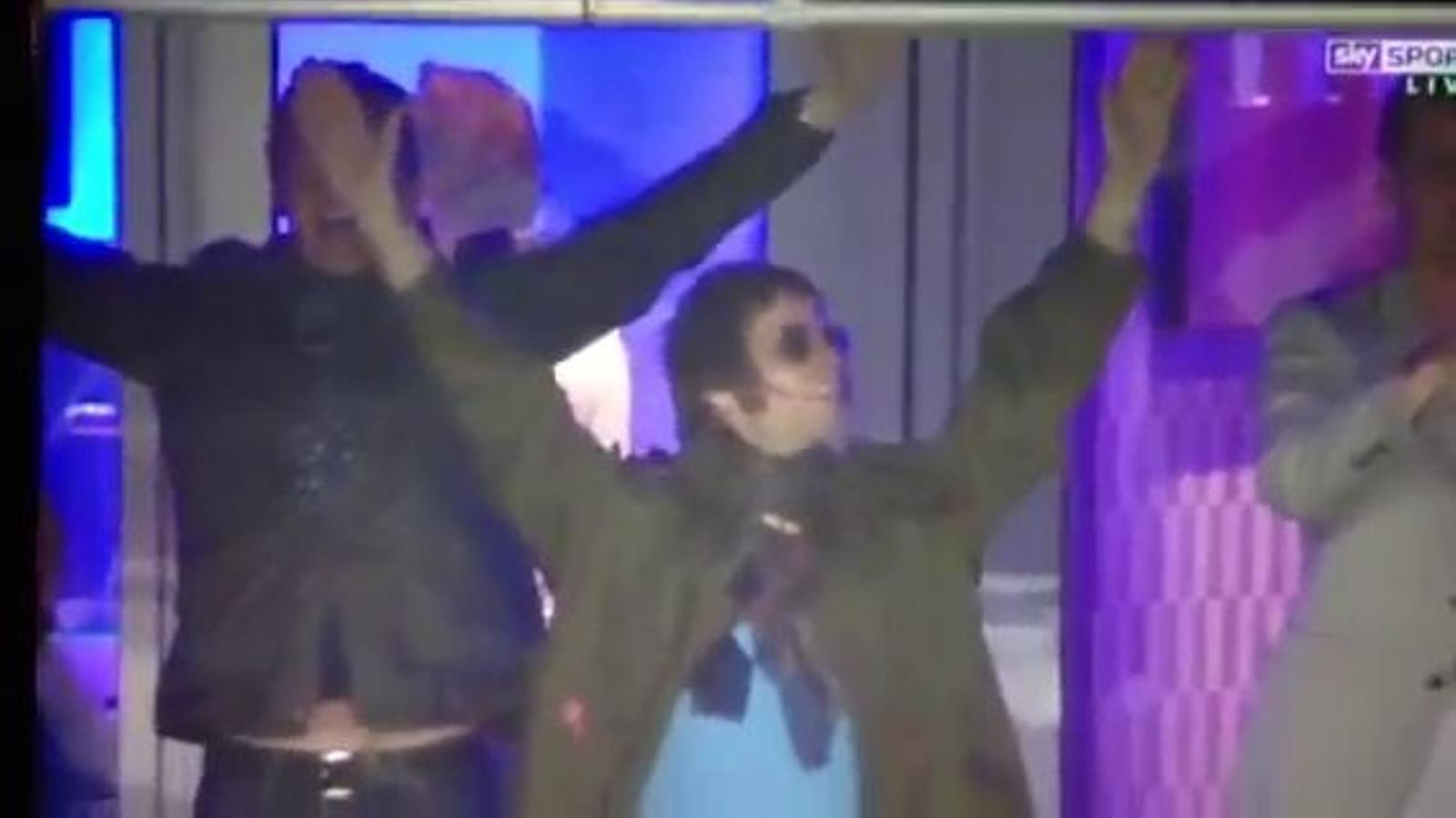 Liam Gallagher i Diego Armando Maradona cantant 'Hey Jude' dels Beatles després de la victòria del Manchester City sobre el United