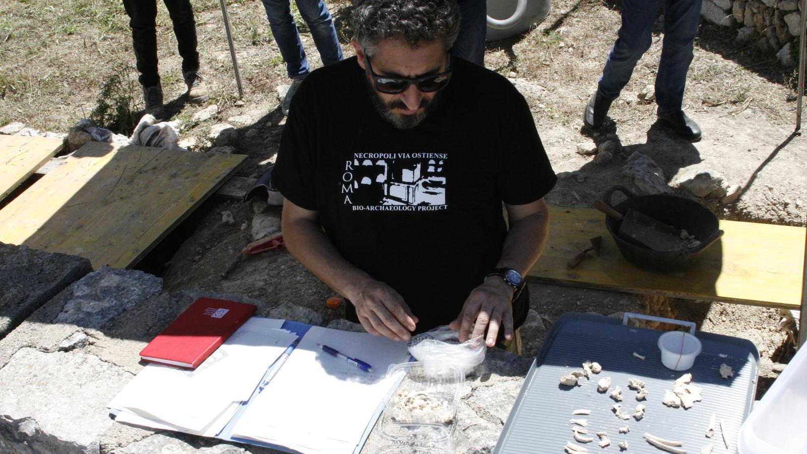L'antropòleg Llorenç Alapont, treballant amb restes d'infants localitzats a les darreres tombes obertes.