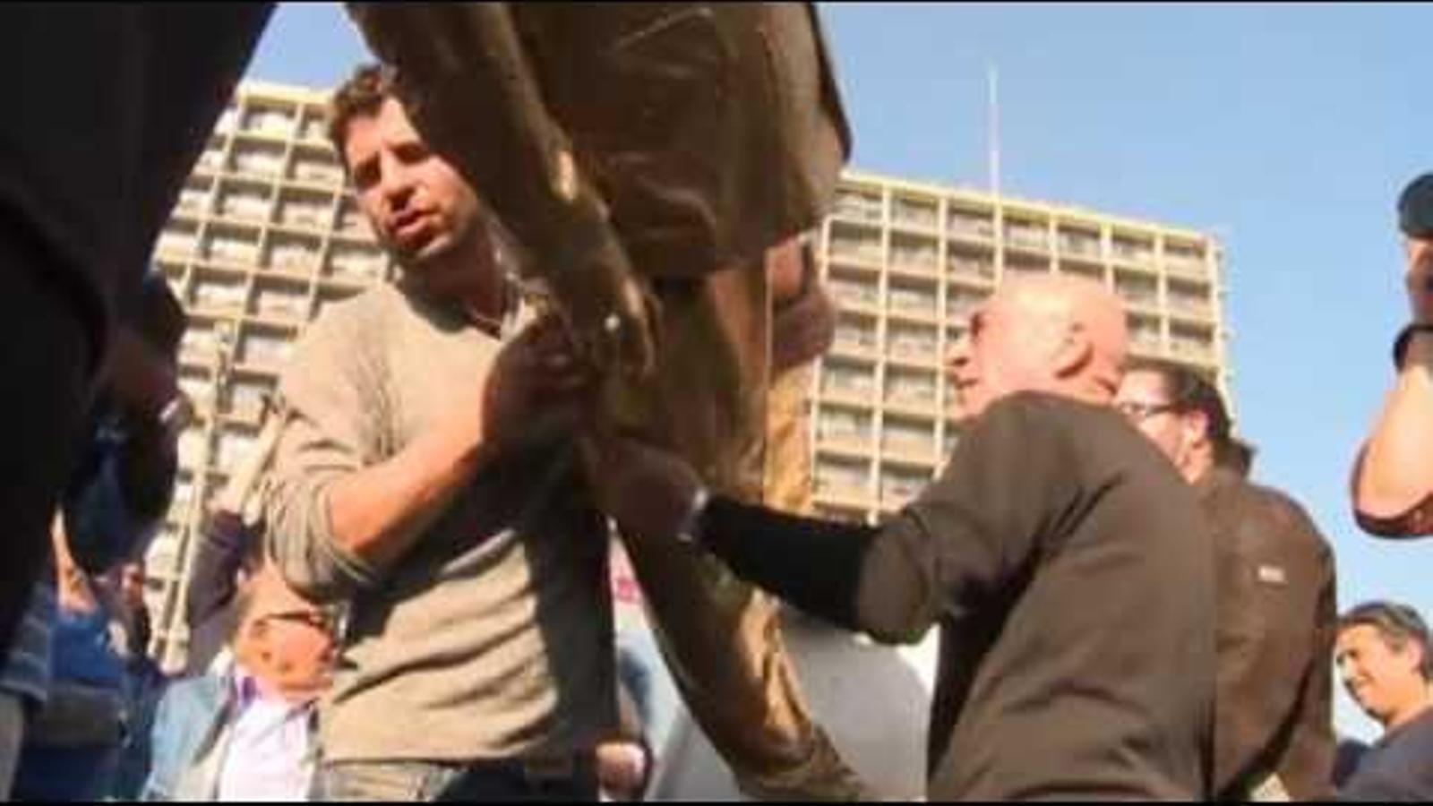 Vídeo de la retirada de l'escultura de Benjamin Netanyahu.