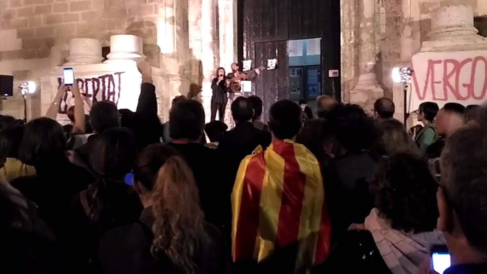 Els participants a la concentració canten Els Segadors