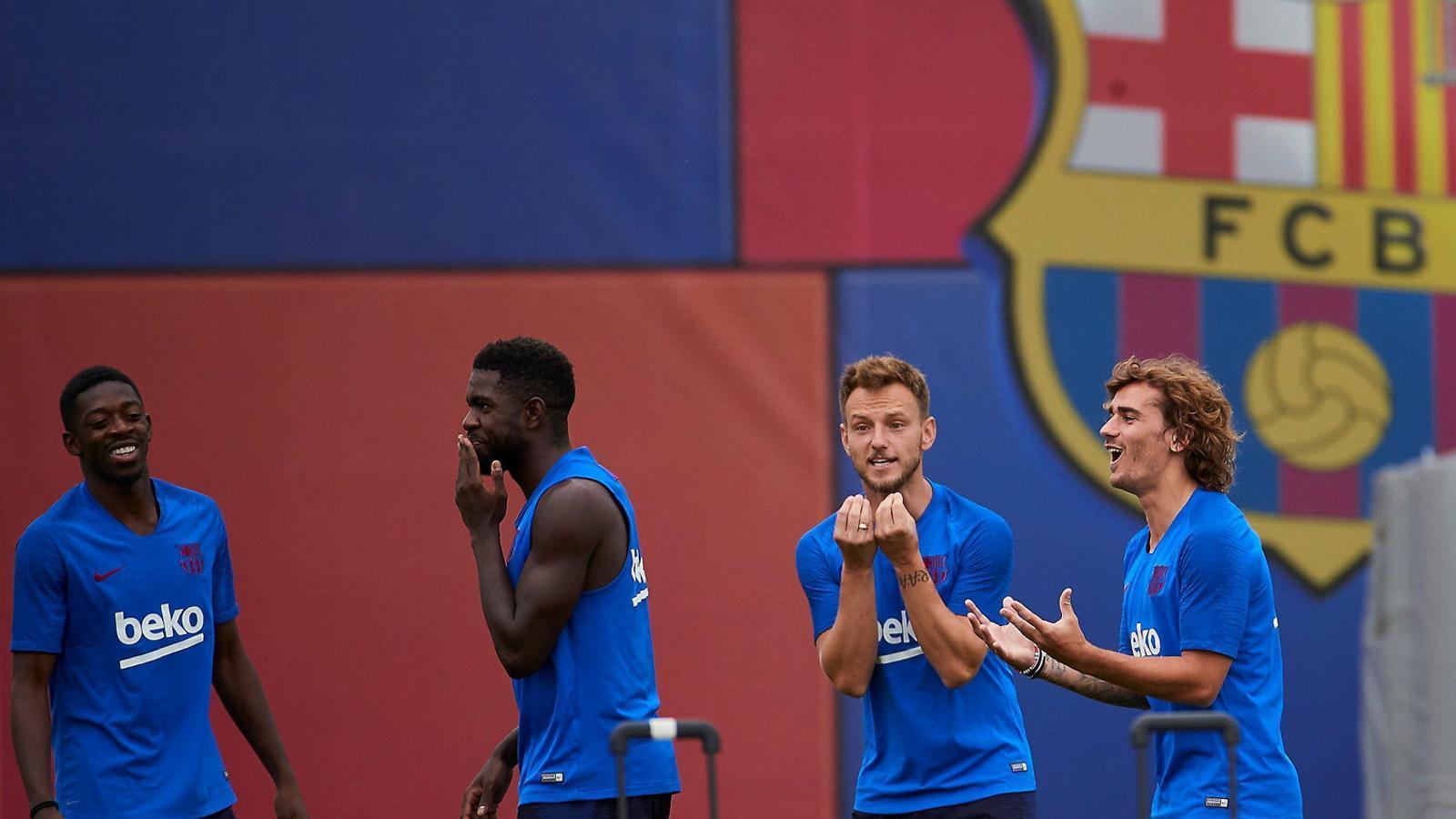 Samuel Umtiti i Ivan Rakitic en un entrenament d'aquest estiu.