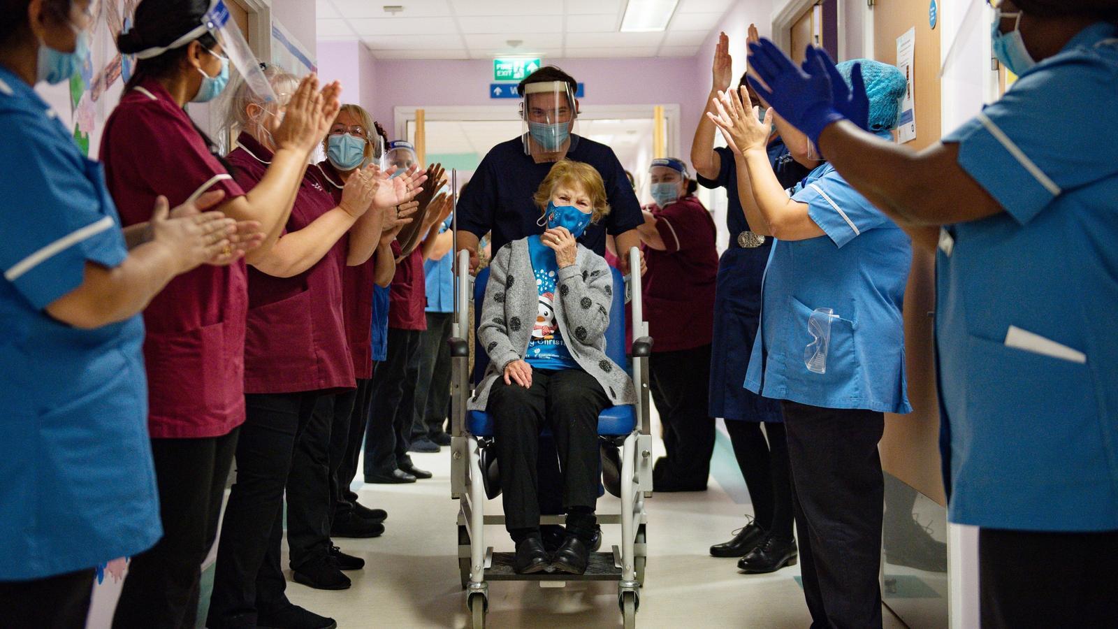 Margaret-Keenan-aplaudida-personal-vacun