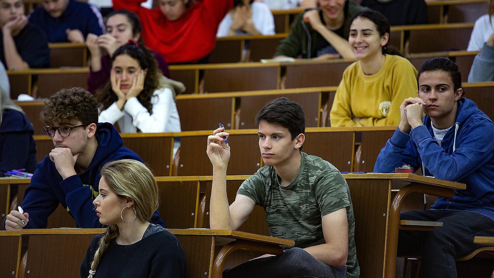 Alumnes de selectivitat fent la prova a la facultat de Medicina de la UB, en una imatge d'arxiu.