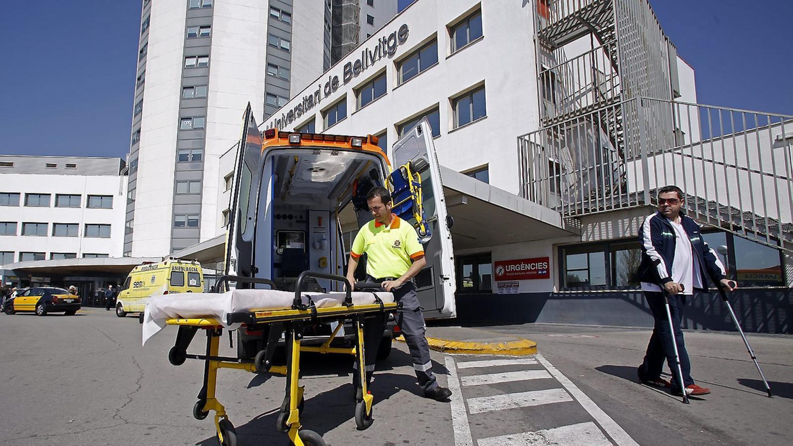 UN ANY DESPRÉS DE LES PROTESTES   Els hospitals públics preveuen tancar aquest estiu 1.800 llits, 225 menys que l'any passat. L'estiu del 2014 van produir-se protestes als principals centres, com la Vall d'Hebron i Bellvitge (a la imatge) pel suposat col·lapse de les urgències.