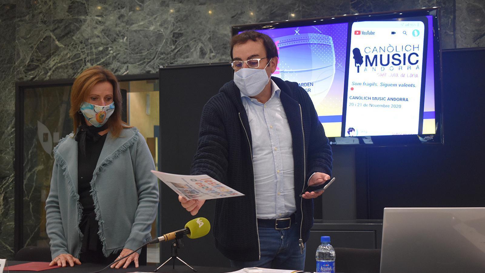 Mireia Codina i mossèn Pepe Chisvert, aquest dimarts en roda de premsa a Sant Julià. / A. B. (ANA)
