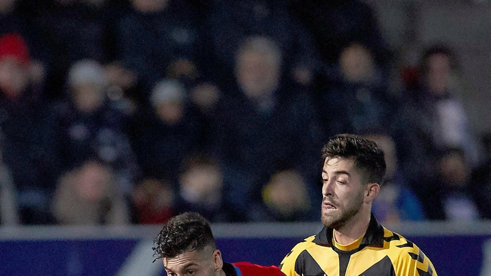 El jugador del Badalona Dani del Moral intentant recuperar la pilota contra el Granada.
