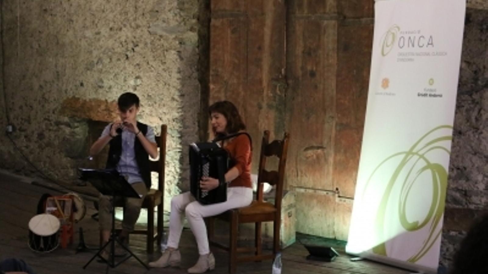 El Duet Daura, integrat per Pilar Planavila i Ivan Caro, aquest dissabte a l'era gran de casa Rossell. / E.C. (ANA)