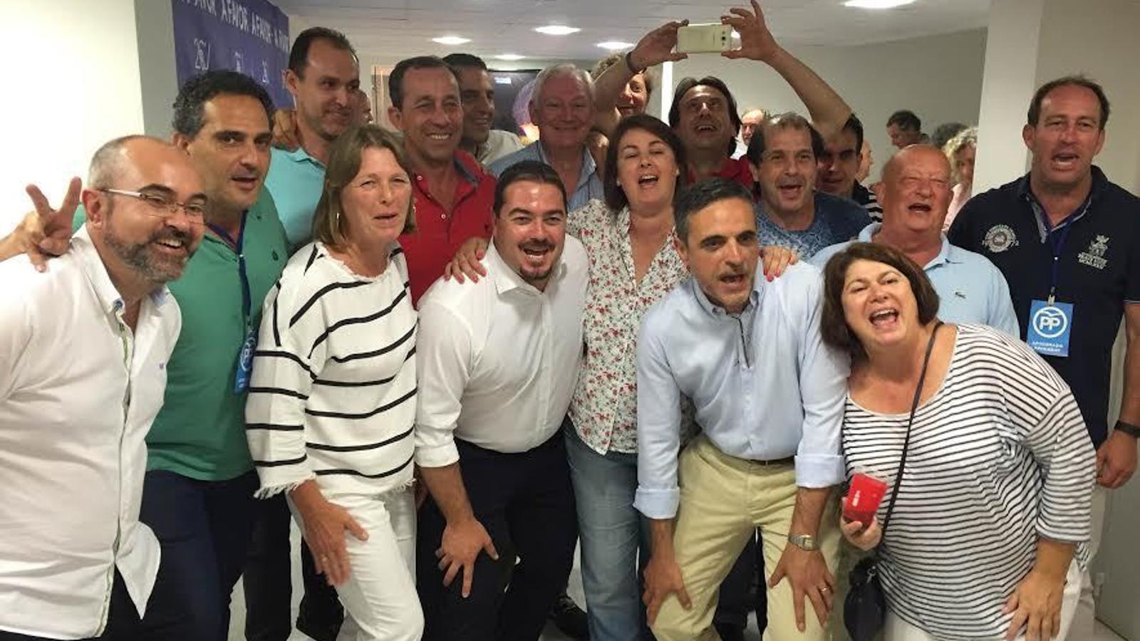 Els candidats populars celebren els resultats amb l'agrupació de Vila