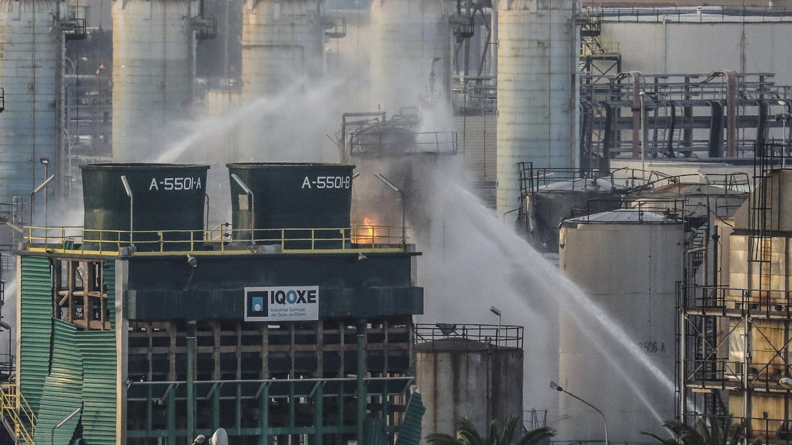 Els bombers treballant en l'extinció de l'incendi a l'empresa Iqoxe de la Canonja