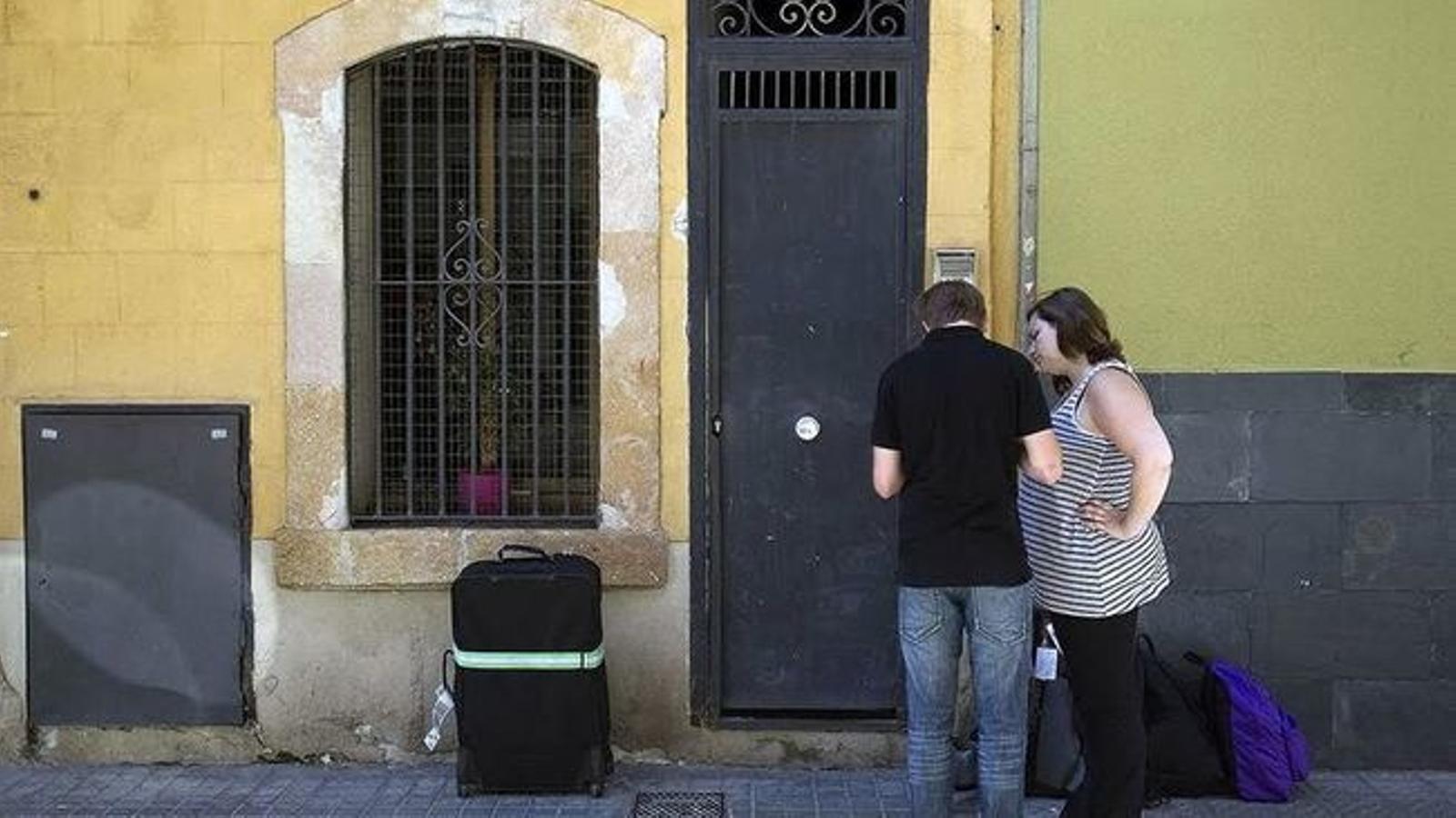 Dos turistes cerquen el pis on s'han d'allotjar.