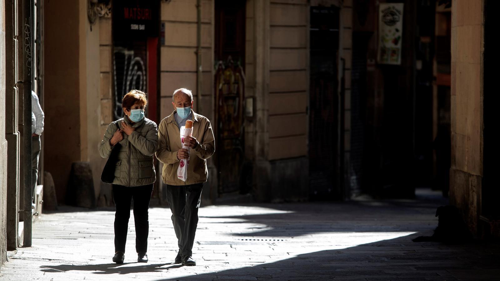 Una parella caminant pel centre de Barcelona