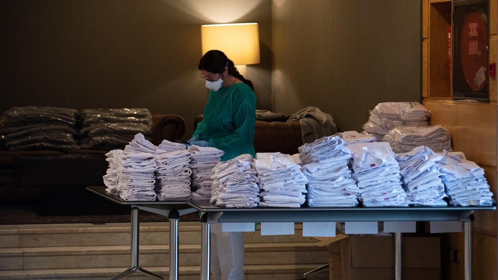 Una professional sanitària, treballant per habilitar l'hotel Catalonia Plaza de Barcelona