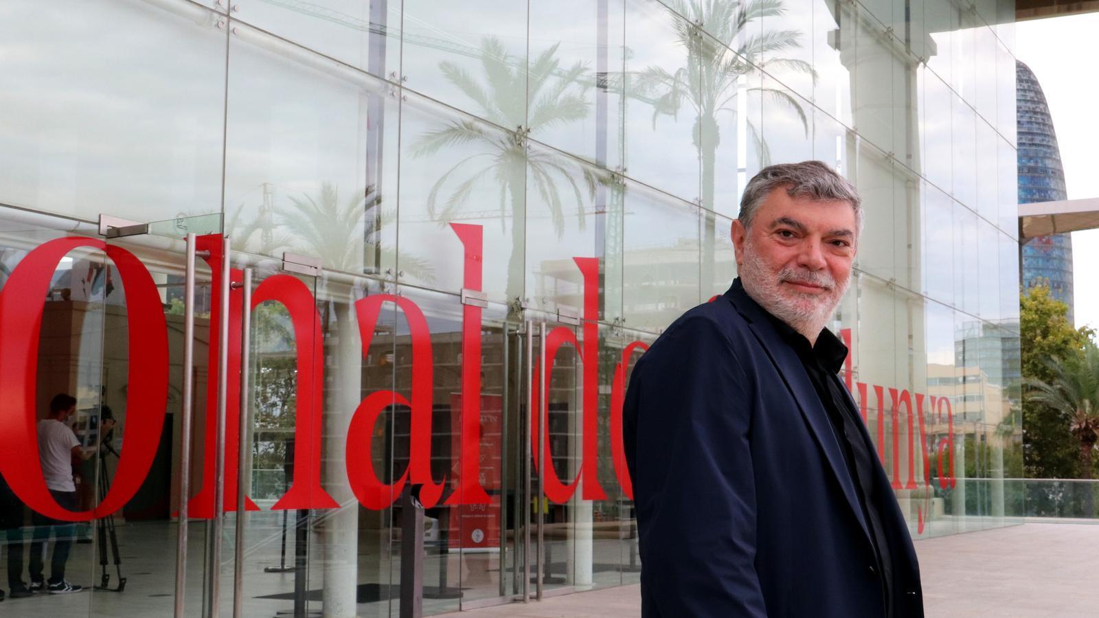 El director artístic del TNC, Xavier Albertí, davant del teatre