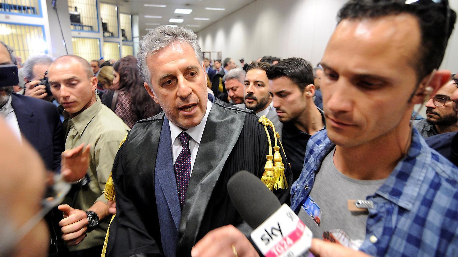 El fiscal Antonino di Matteo parla amb la premsa després de la històrica sentència d'ahir a Palerm.