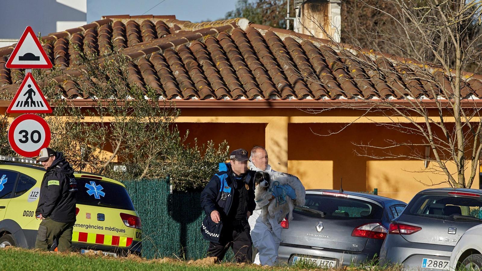 Minut de silenci a Vilobí d'Onyar per la mort violenta de les dues germanes de 5 i 6 anys