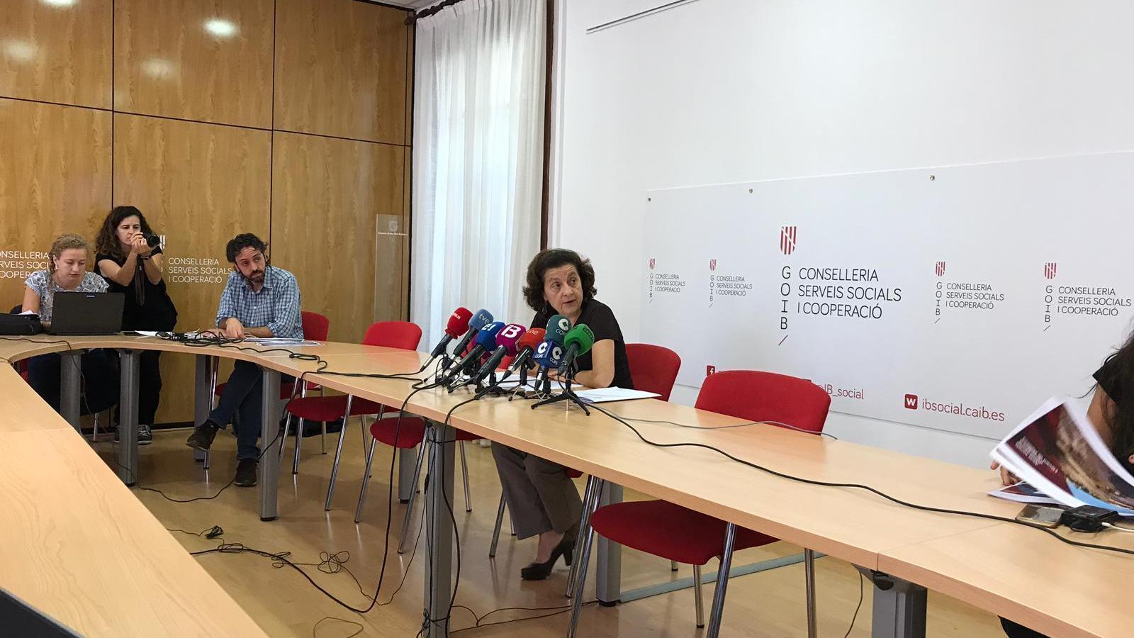 La consellera Fina Santiago durant la roda de premsa d'aquest dilluns.