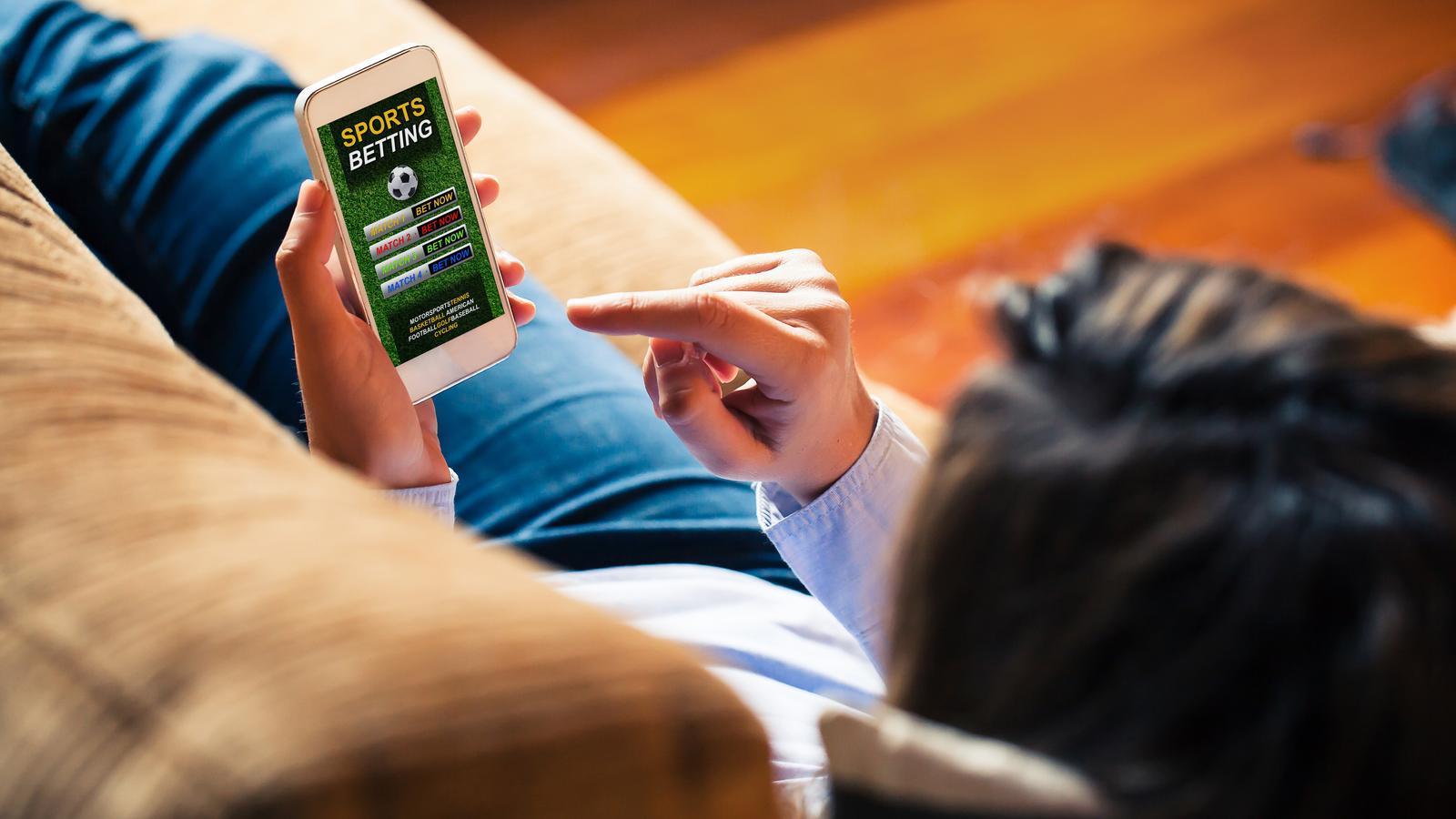 Um home a punt de jugar en una aplicació d'apostes online