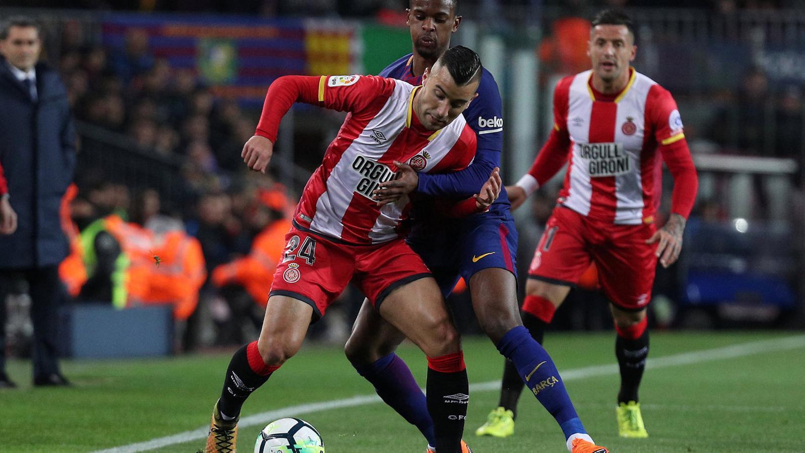 Semedo lluitant per prendre la pilota a Borja García, dissabte al Camp Nou en el partit entre el Barça i el Girona en què es va lesionar.