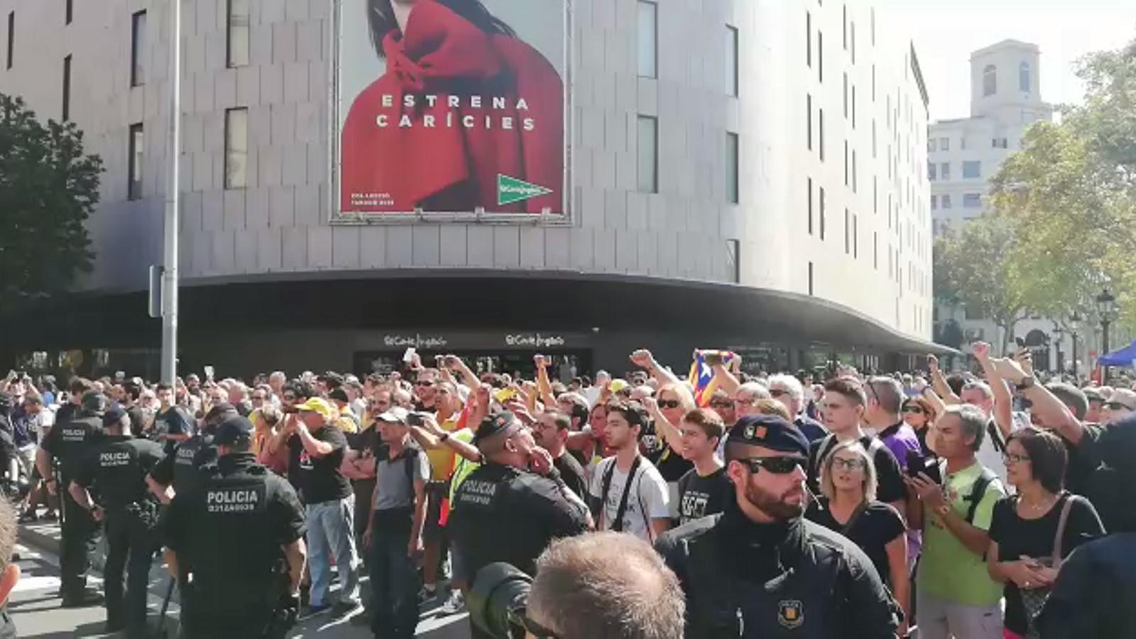 Manifestants independentistes i unionistes conflueixen a plaça Catalunya i s'increpen mútuament