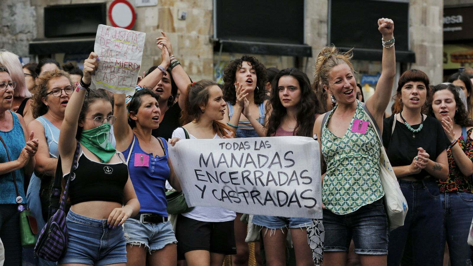 Dones donant suport a la víctima de la violació en grup de Manresa.