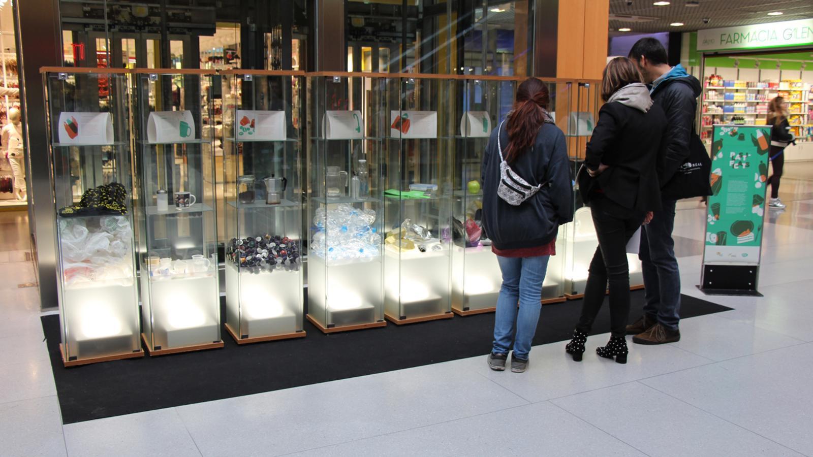 L'exposició 'Plastificats', al vestíbul de la planta planta baixa del centre comercial illa Carlemany. / L. M. (ANA)