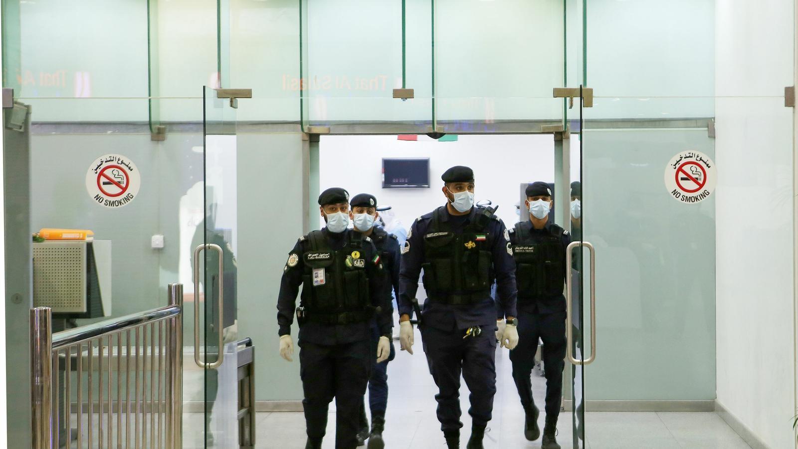 Policies amb mascaretes a l'aeroport de Kuwait