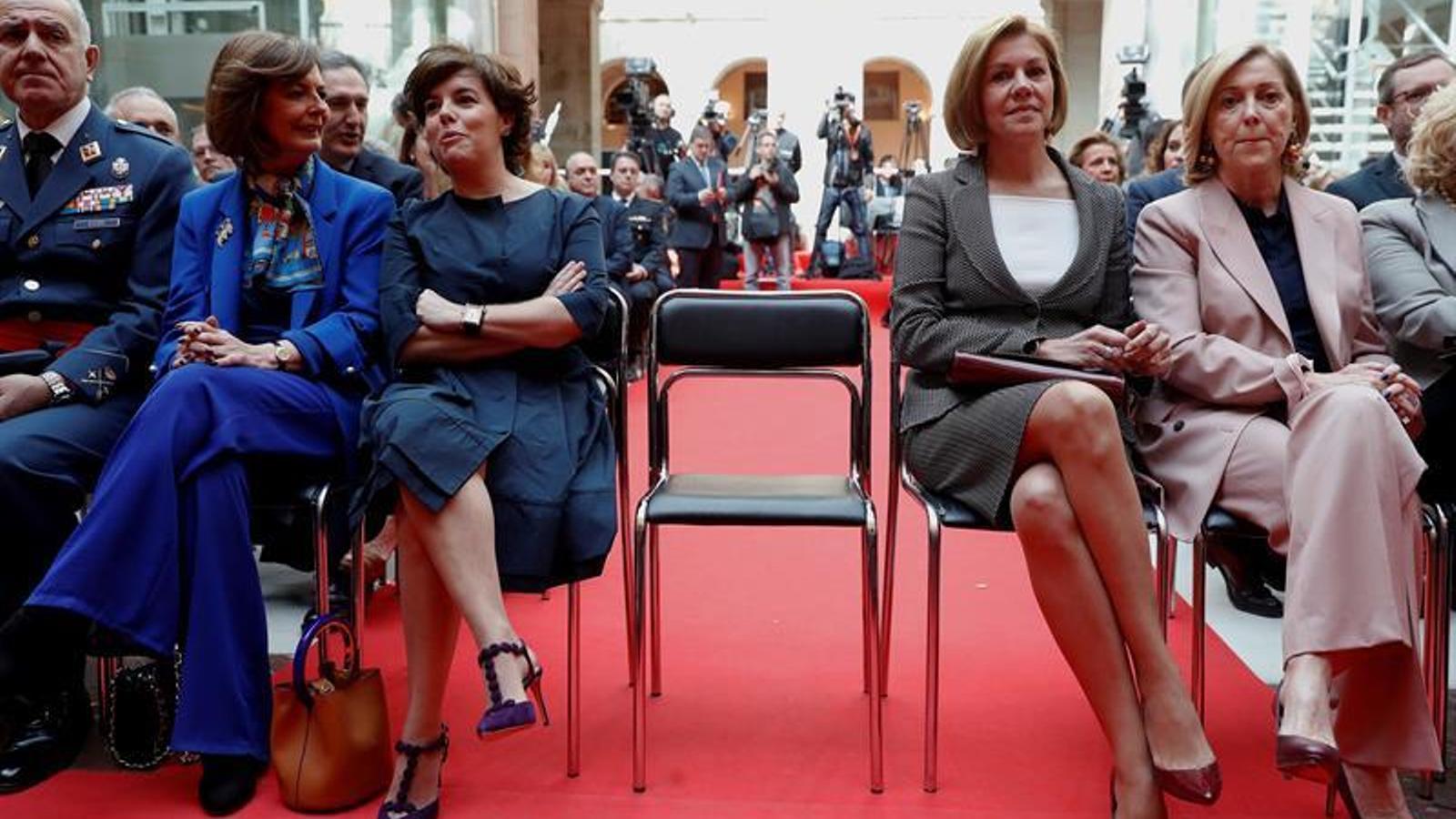 Sáenz de Santamaría i María Dolores de Cospedal durant l'acte de celebració del dia de la Comunitat de Madrid. La secretària general del PP va anunciar que assistiria a la recepció després de conèixer que ho faria la vicepresidenta del govern espanyol. EFE