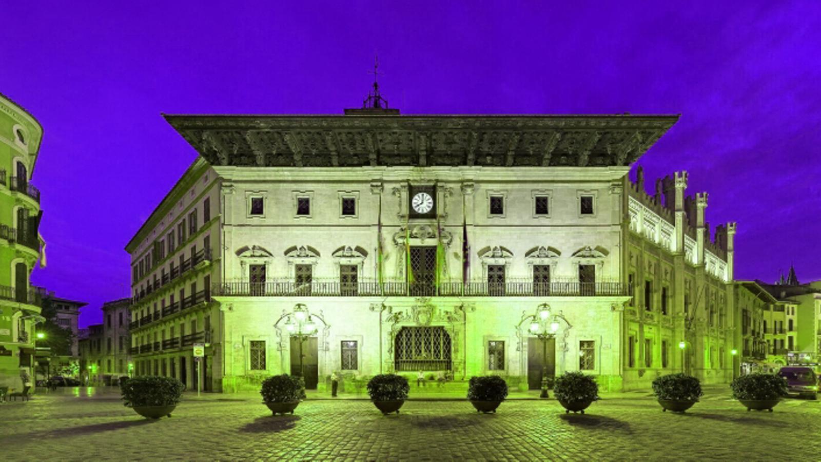 La façana de Cort s'il·lumina de color verd per commemorar el Dia Mundial de les Malalties Rares