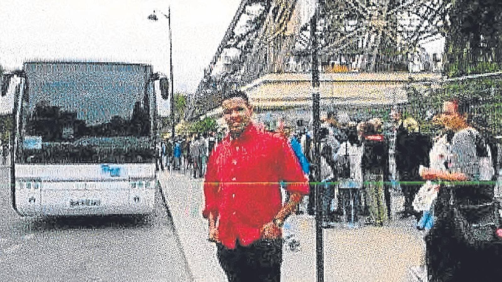Omar Hichamy, abatut a Cambrils, davant la Torre Eiffel