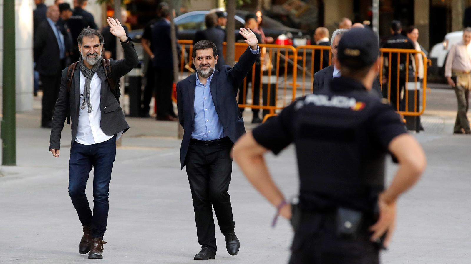 Cuixart i Sànchez arribant a l'Audiència Nacional i saludant la gent concentrada que els donava suport