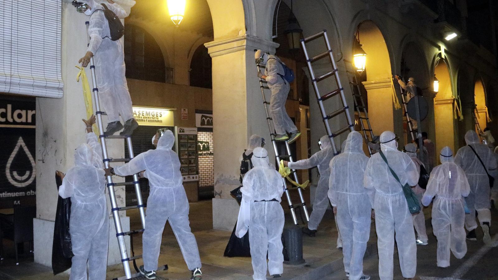 Una vuitantena de persones retiren llaços grocs de diverses poblacions de les comarques gironines