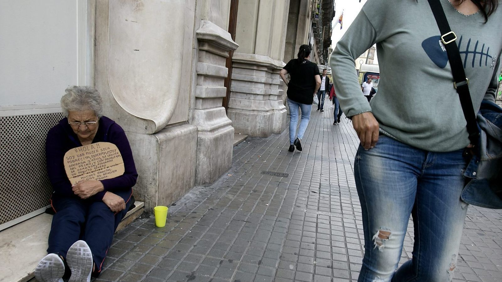 """""""Una dona al carrer pateix molt d'abús"""""""