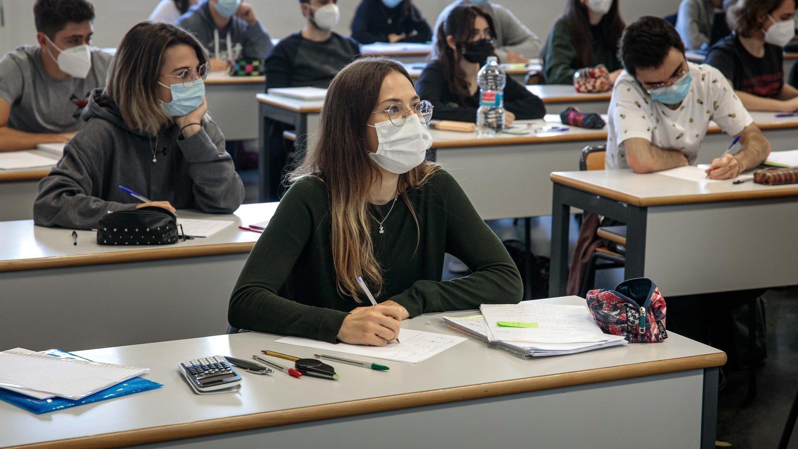 Alumnes de l'escola d'industrials de la Universitat Politècnica de València durant el retorn a les aules després de la suspensió de la docència presencial per un brot de coronavirus