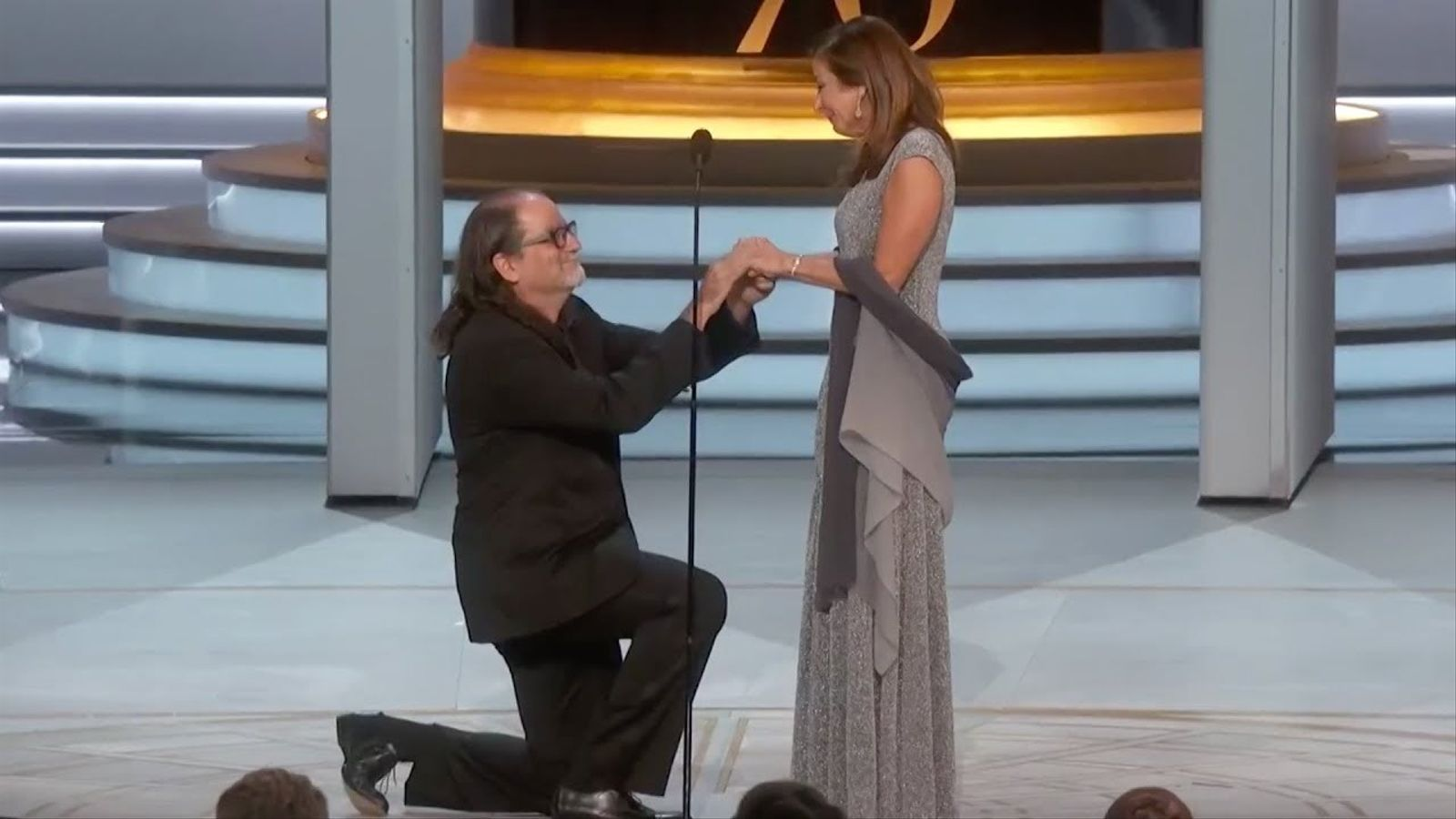 Glen Weiss demana matrimoni a la seva parella després de guanyar un Emmy