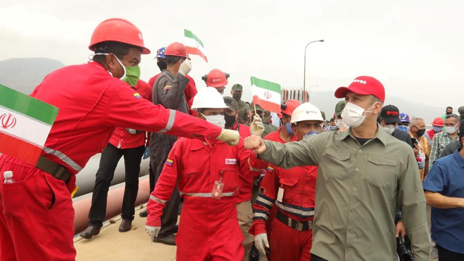 Un treballador de la petroliera veneçolana PDVSA saludant el ministre d'Indústria per celebrar l'arribada d'un petrolier iranià